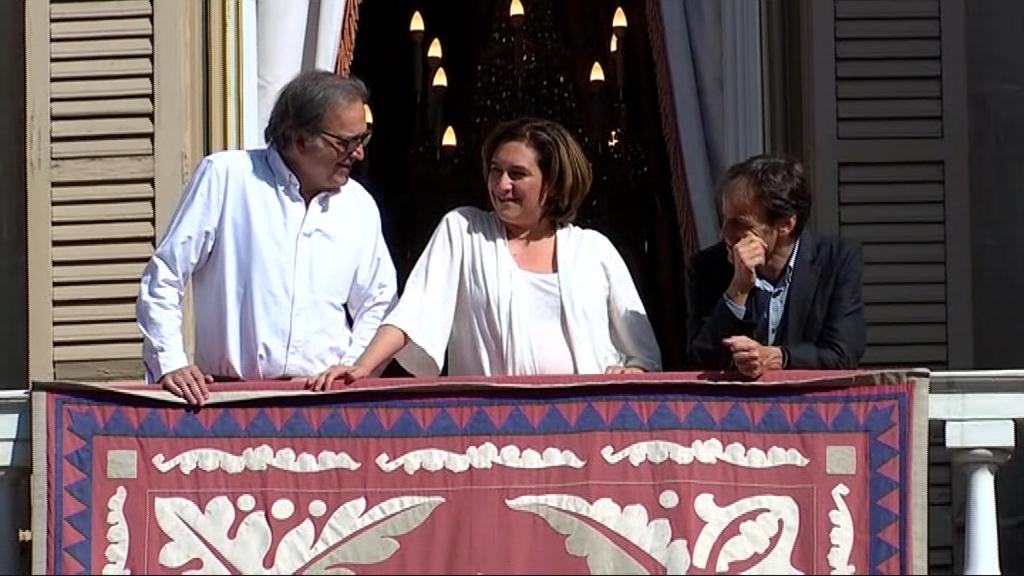 Colau, Subirats i Asens al balcó de l'Ajuntament
