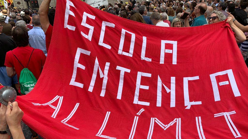 Protesta de l'Escola Entença a la plaça de Sant Jaume