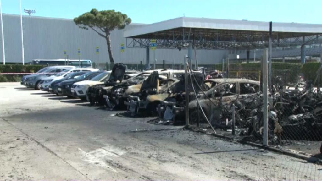 Filera de vehicles calcinats a l'Aeroport del Prat