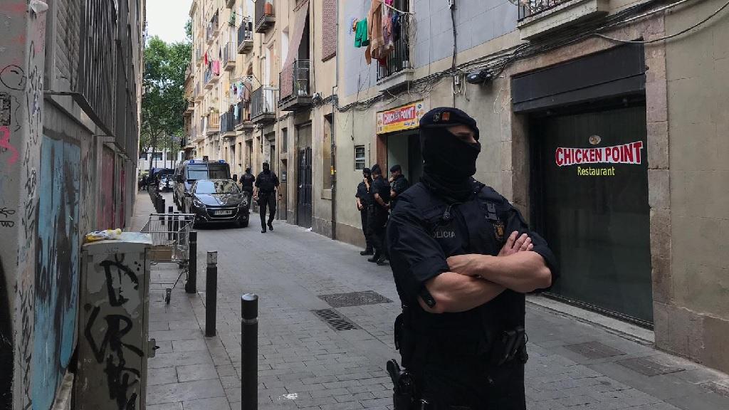 Dispositiu contra el narcotràfic al carrer de Sant Martí, al Raval