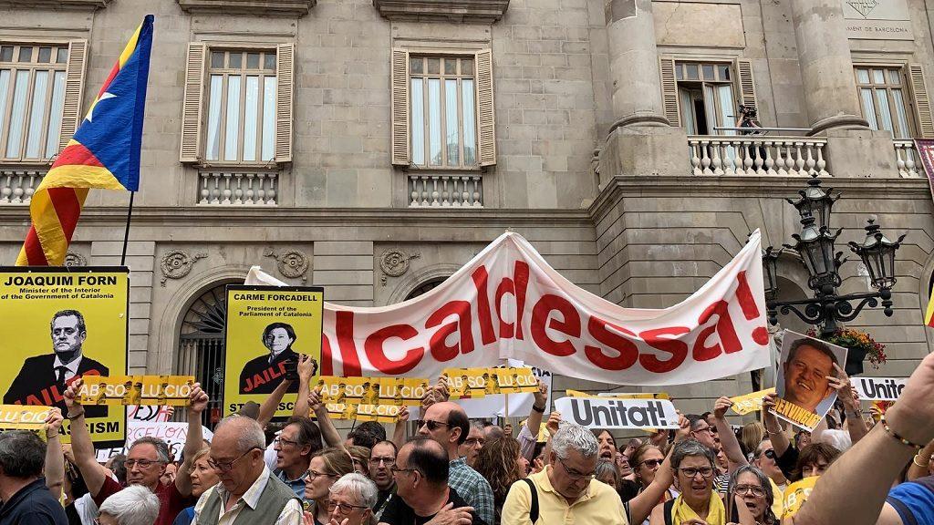 Manifestants a favor d'Ada Colau i de Joaquim Forn