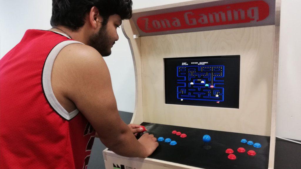 màquina videojocs Arcade a la Biblioteca Zona Nord