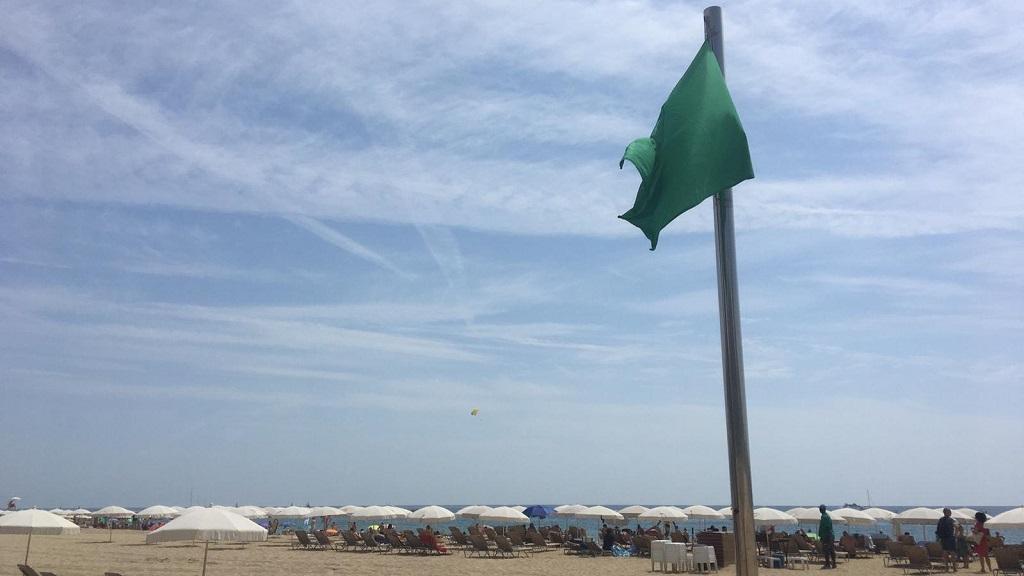 Bandera verda a la platja de Barcelona