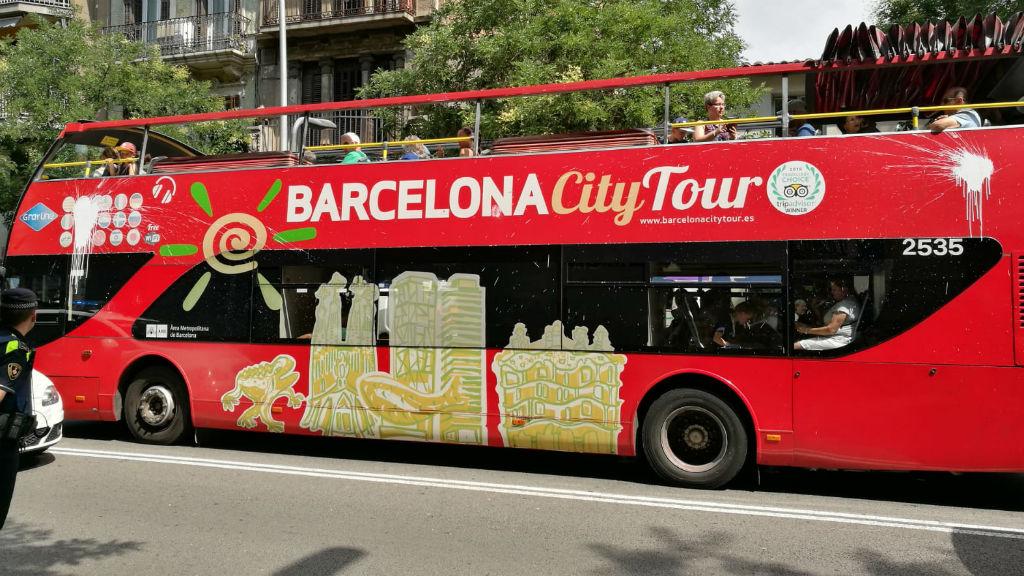 desnonament sants, llencen pintura a un bus turístic