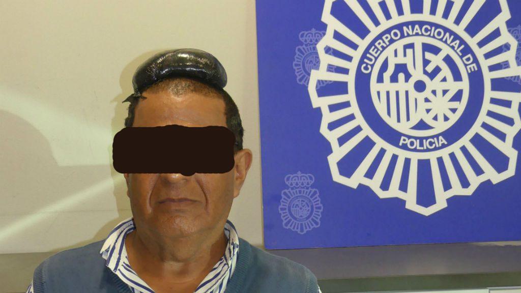 Detingut per amagar cocaïna sota la perruca