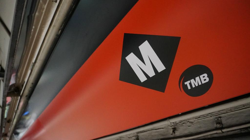 Logo del metro i de TMB a l'andana