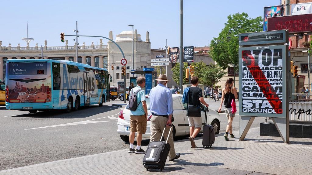 Turistes davant una marquesina modificada