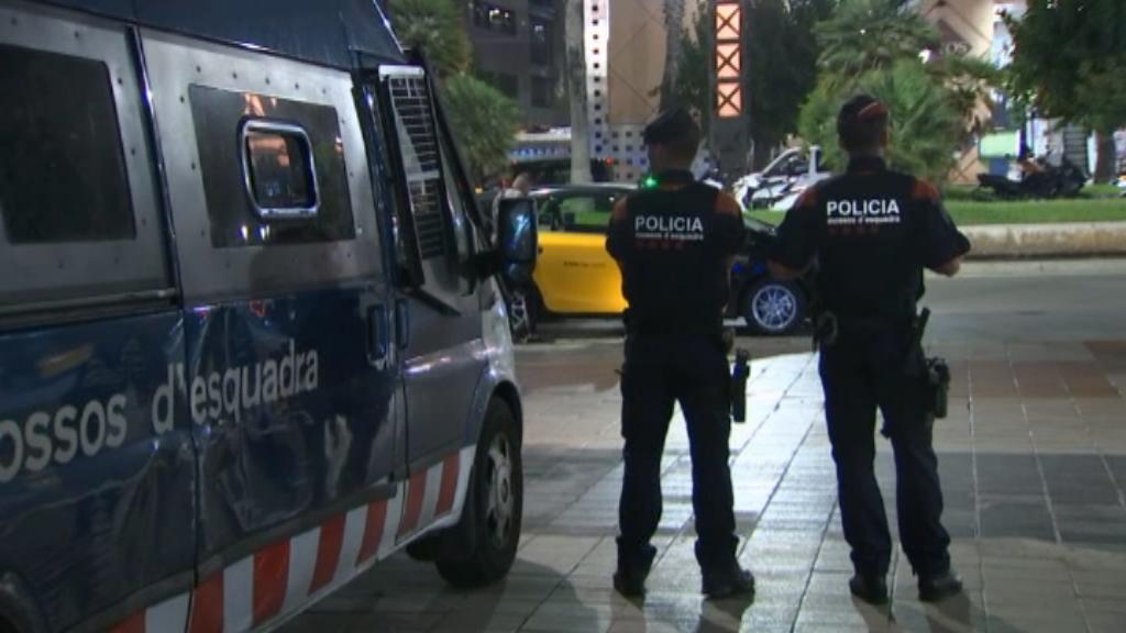 Mossos d'Esquadra patrullen al Port Olímpic