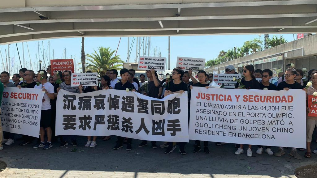 Concentració xinesos per la mort del Port Olímpic