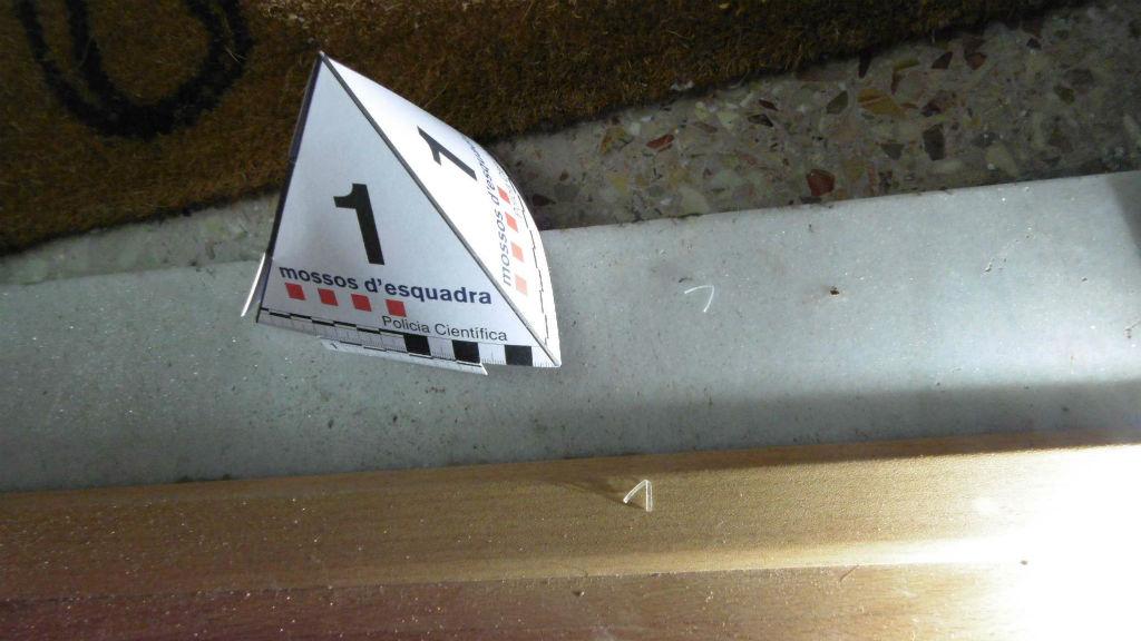 Diferents marcadors al voltant d'una porta