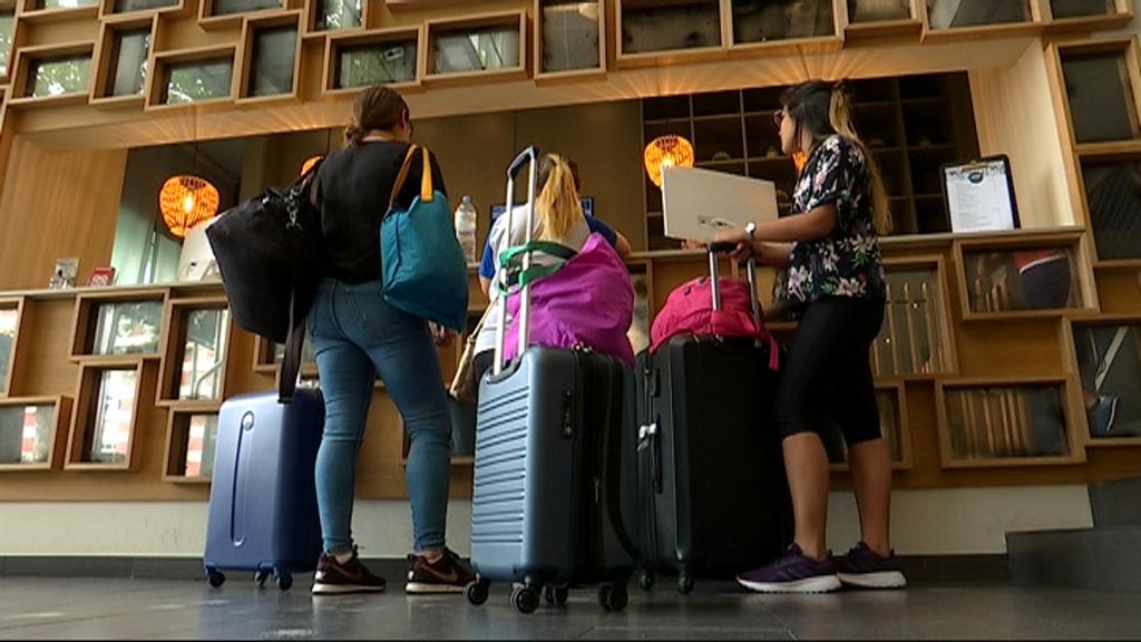 Turistes a la recepció d'un hotel a la perifèria de Barcelona