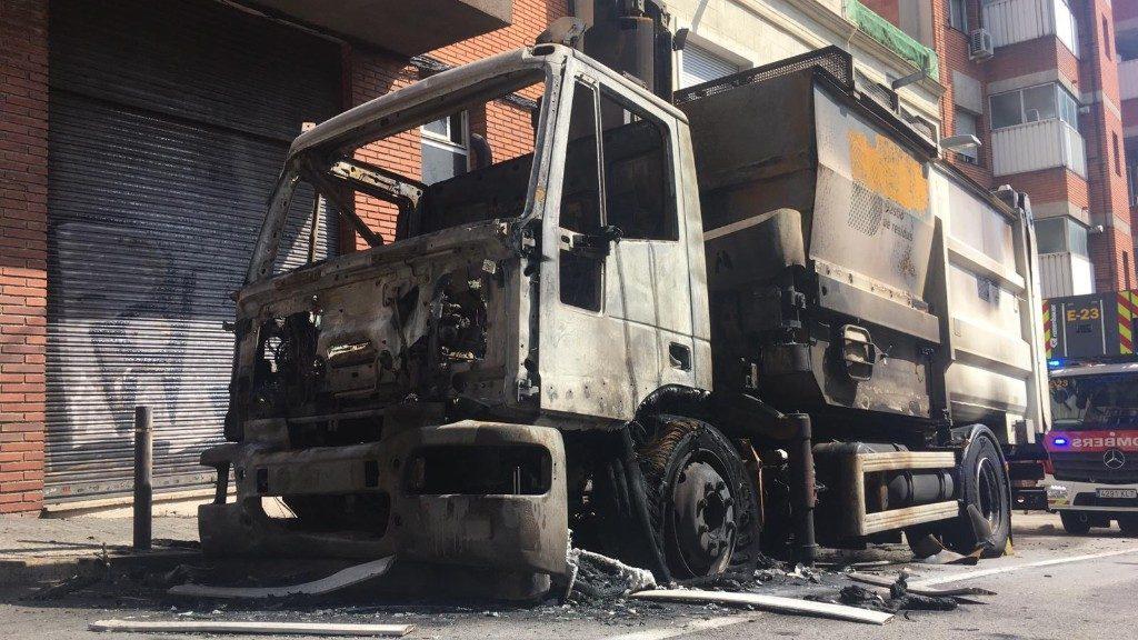 Camió incendiat al Passeig de la Mare de Déu del Coll