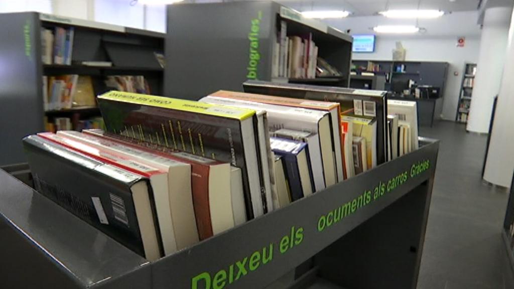 Carret amb llibres a la Biblioteca Gòtic Andreu Nin