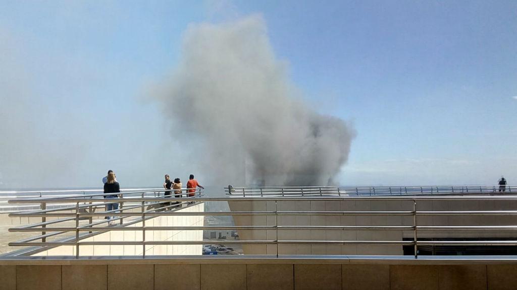 Fum de l'incendi al moll de Llevant