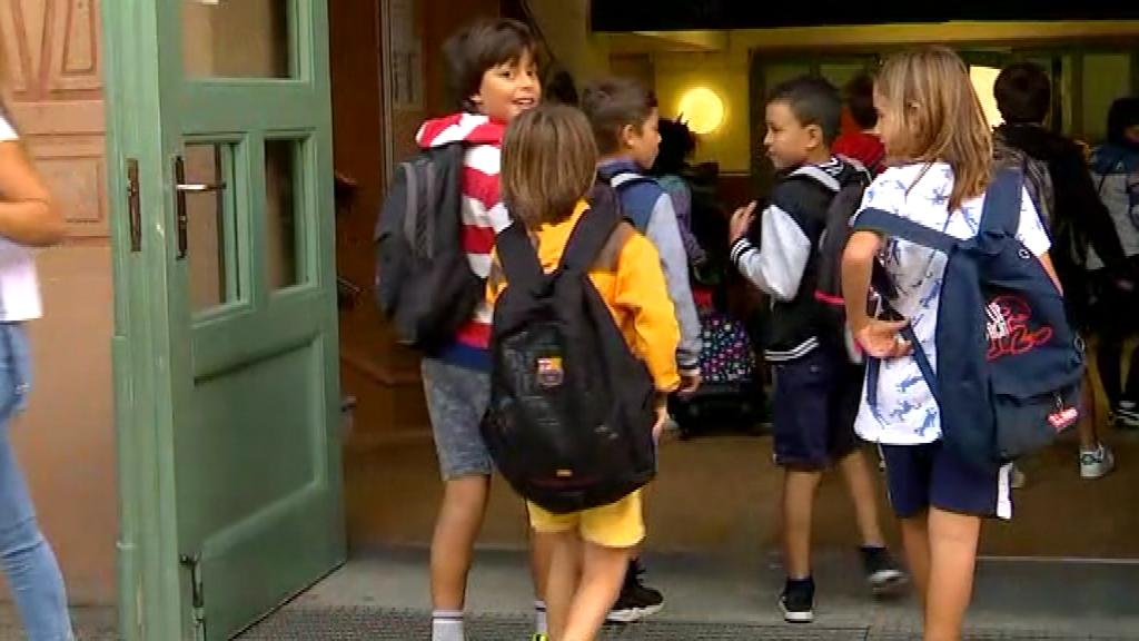 Alumnes entrant a l'Escola Pere Vila