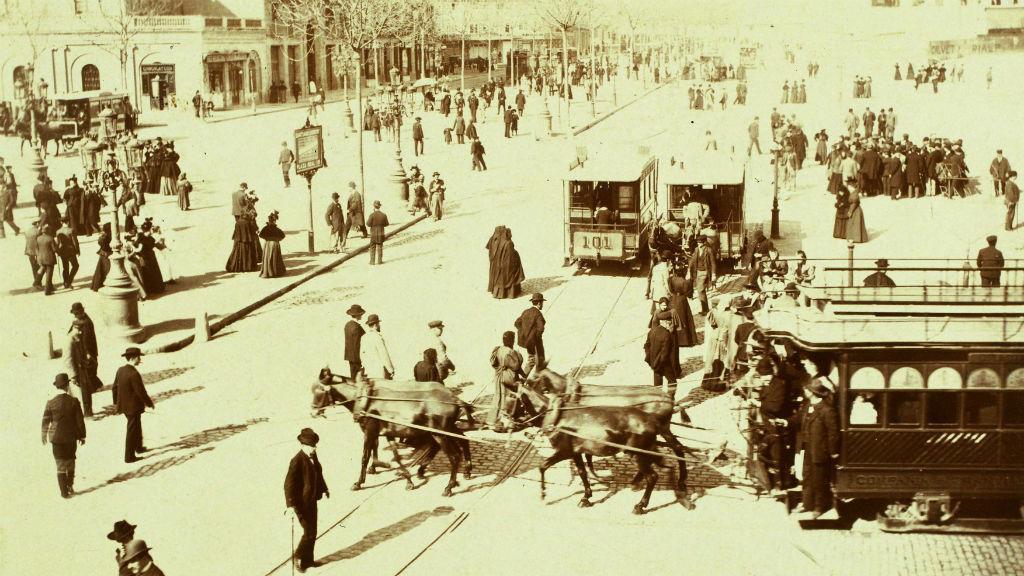 Fotografia del trànsit al 1902 a la confluència de la Gran Via de les Corts Catalanes amb el passeig de Gràcia