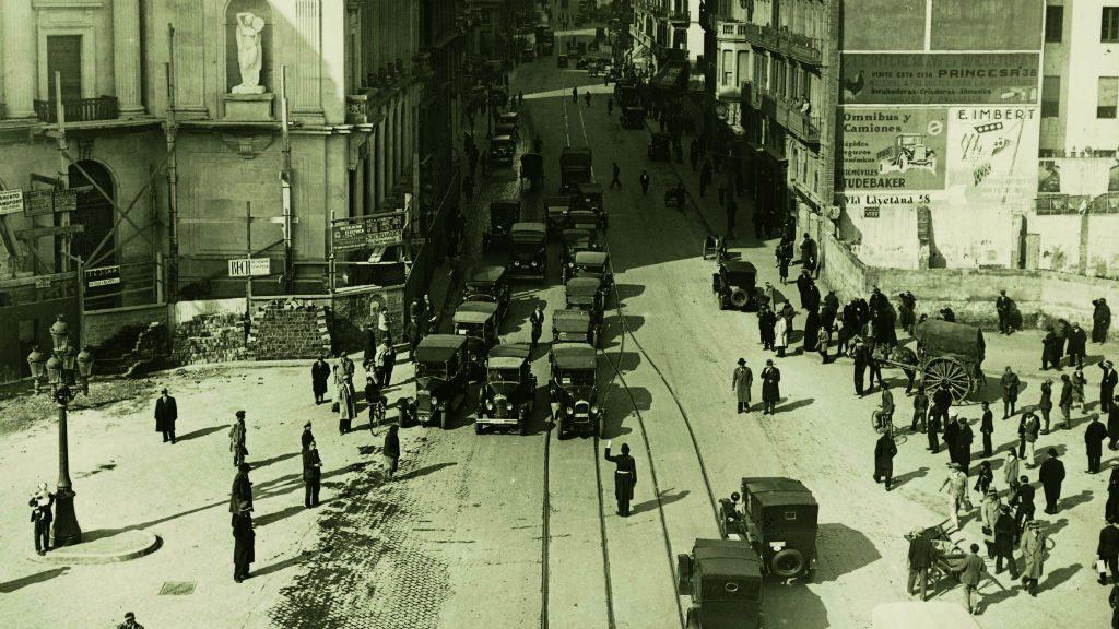 Fotografia de la Via Laietana, encara en construcció, l'any 1932