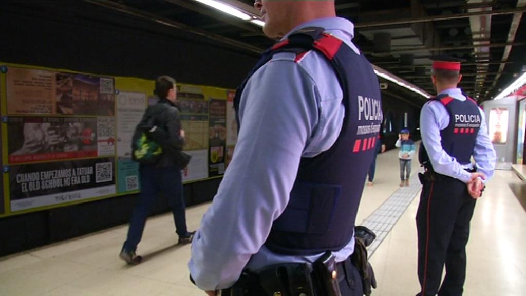 Patrulla dels Mossos a l'andana del metro