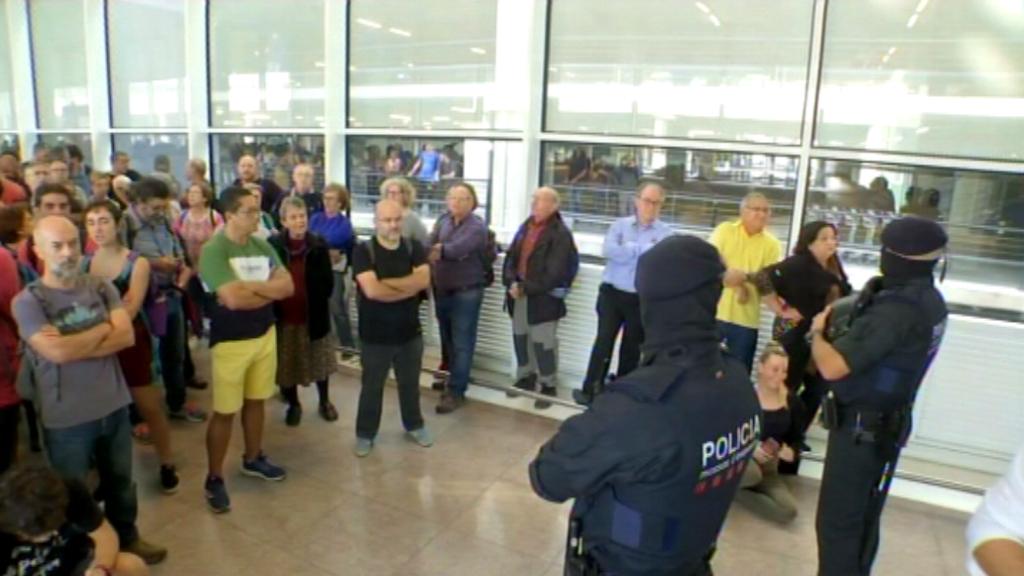 Mossos i manifestants a l'aeroport