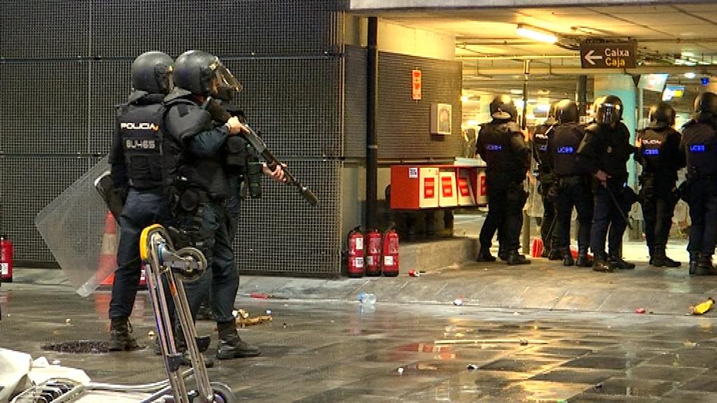 policia nacional amb pistola aeroport