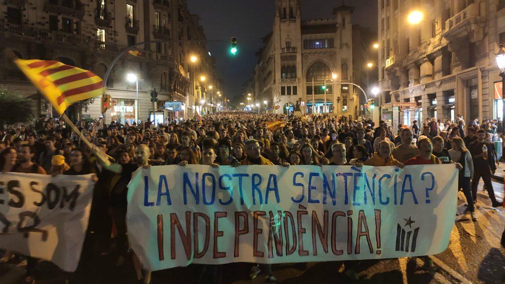 Manifestants a la Via Laietana el 14 d'octubre