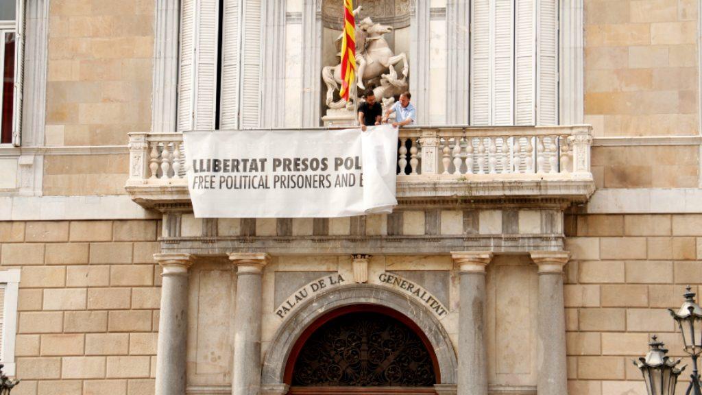 Pancarta a favor dels Presos a la Generalitat