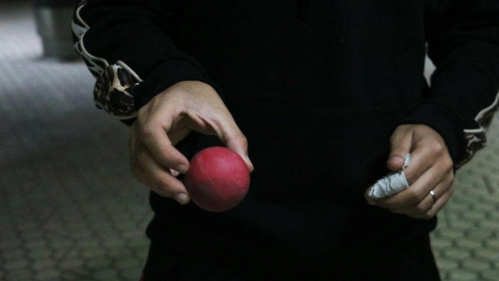 Un manifestant ensenya una pilota de goma