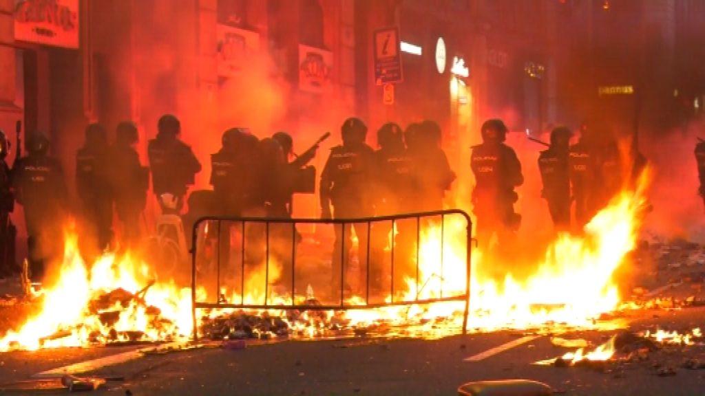 Barricada a la plaça d'Urquinaona