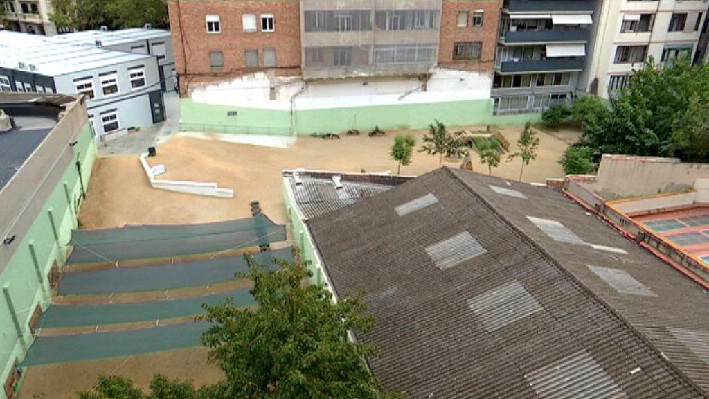 La teulada amb amiant a tocar del pati de l'escola 9 Graons