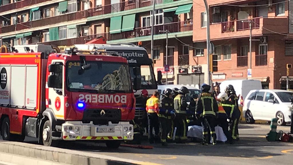 Serveis d'emergències atenent les víctimes de l'atropellament