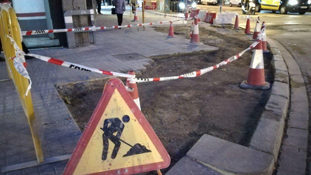Reparació de voreres malmeses a la plaça d'Urquinaona