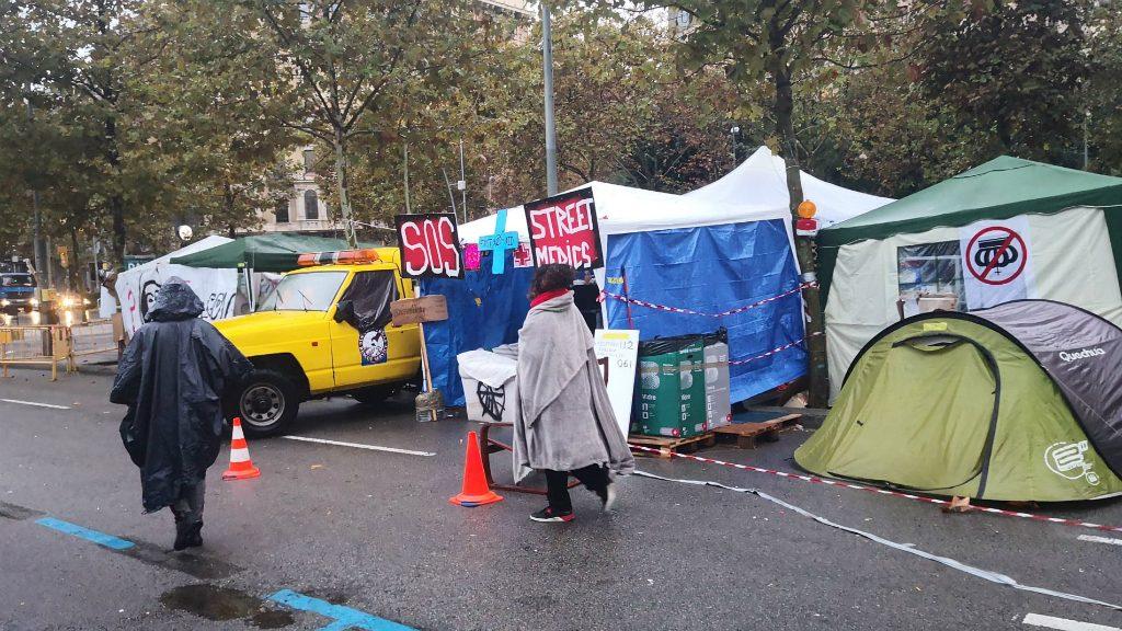acampada universitat amb pluja