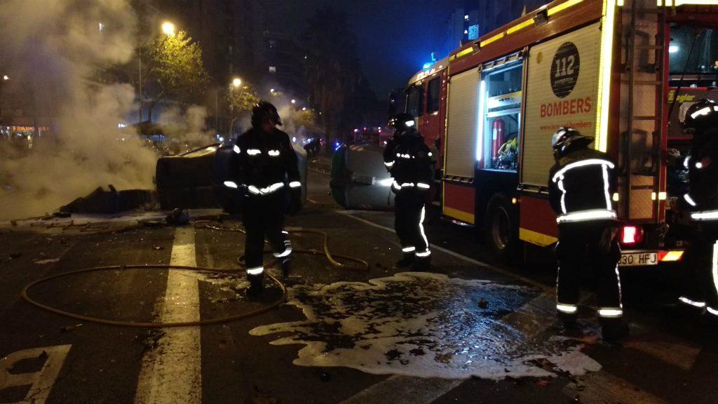 Bombers apagant foc de barricades