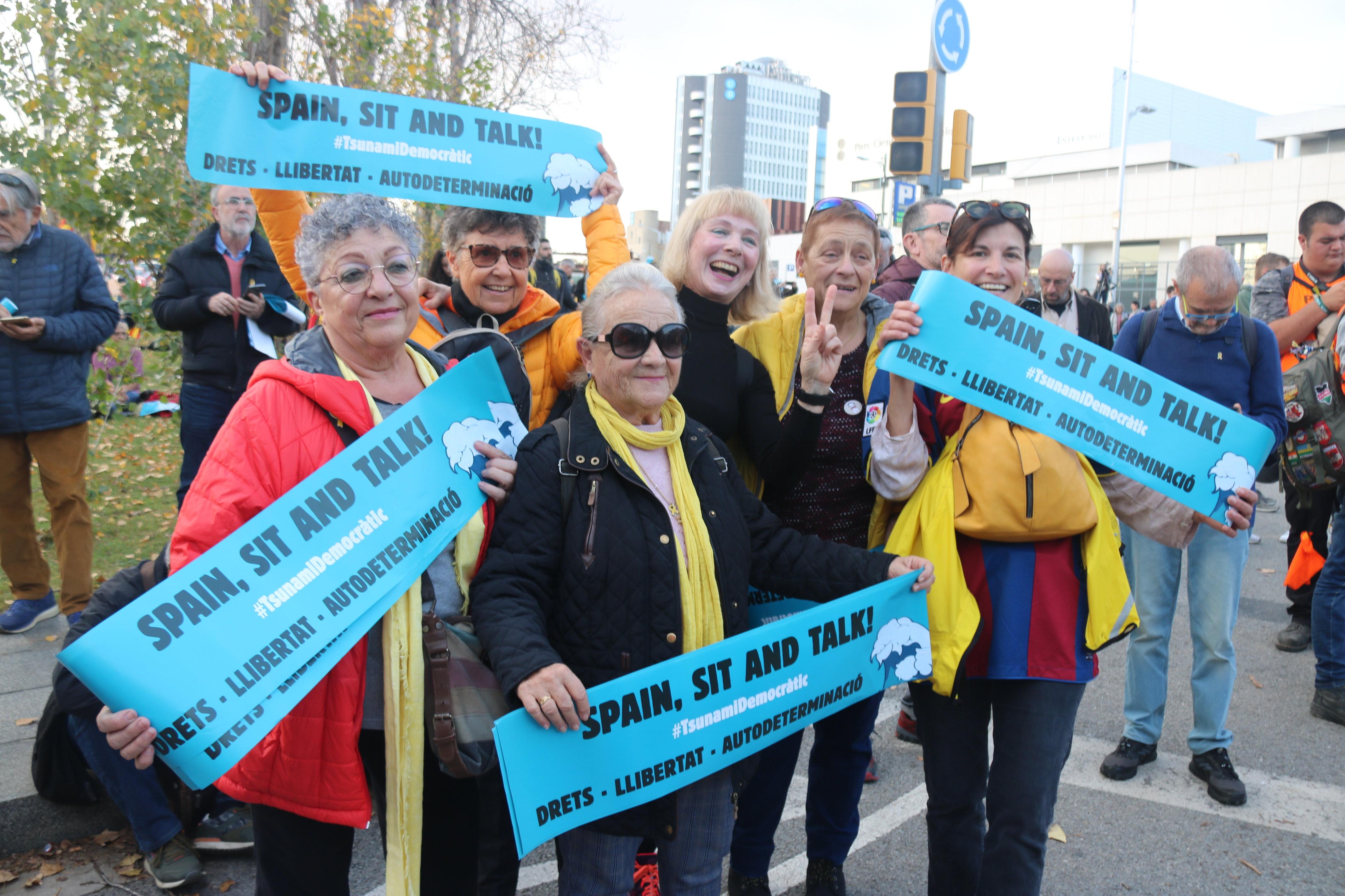 Diversos manifestants amb les cartolines repartides pel Tsunami