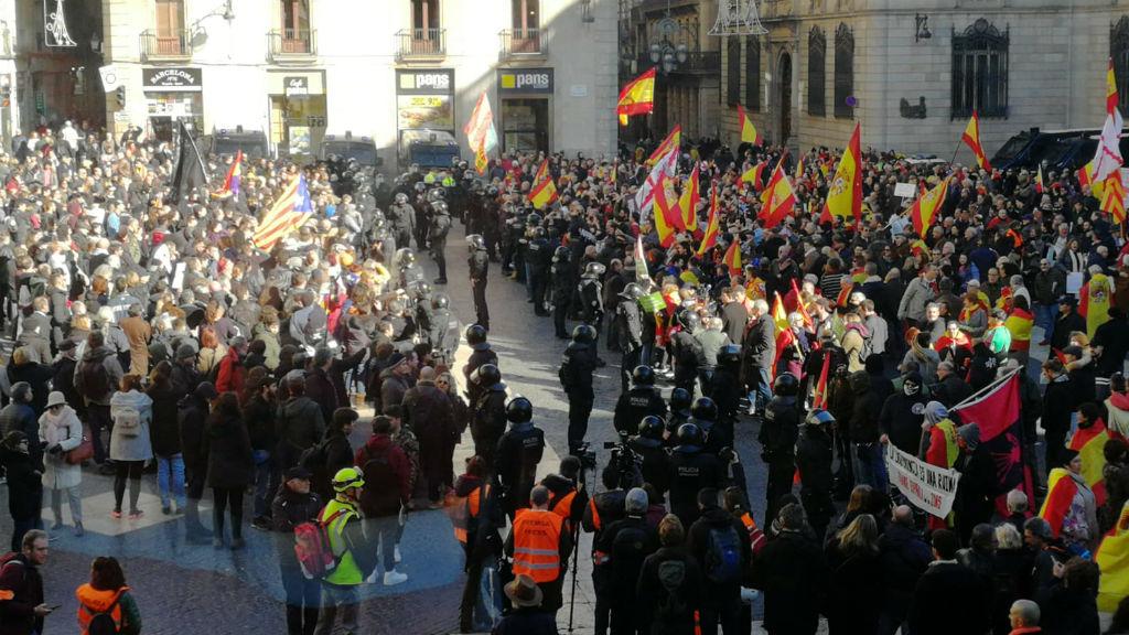 Manifestació d'antifeixistes i simpatitzants de Vox a Sant Jaume
