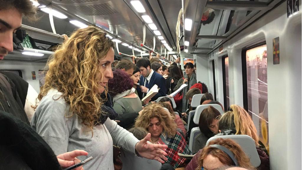 Tren ple d'usuaris per una avaria