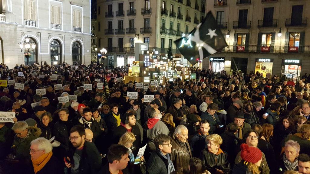 Concentració a la plaça de Sant Jaume contra la inhabilitació del president Torra