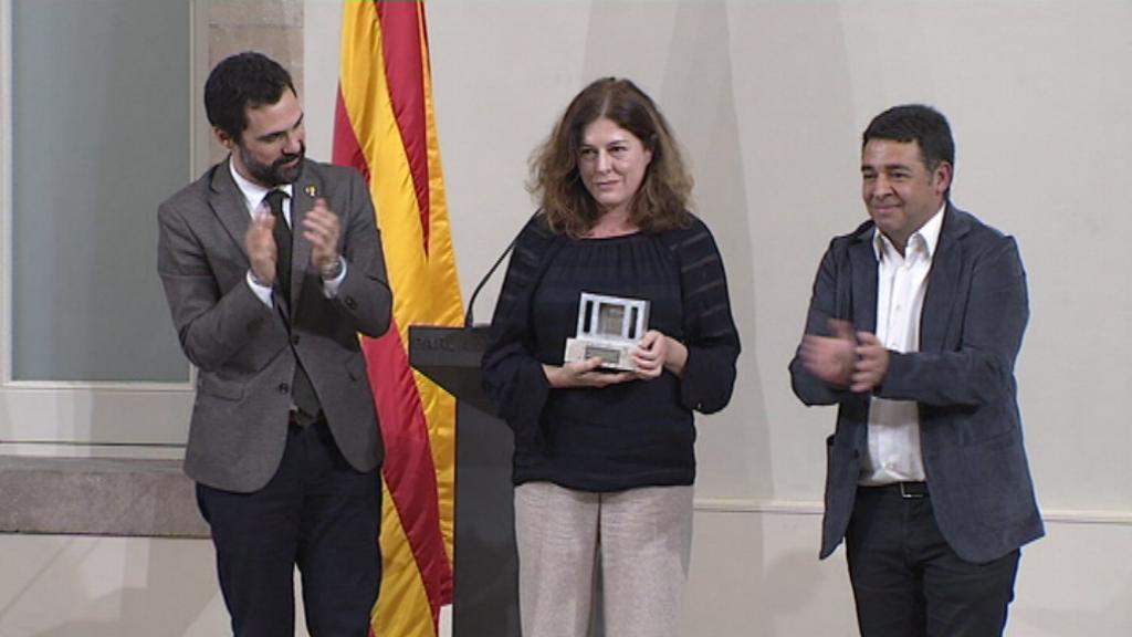 La periodista i directora de La Marea, Magda Bandera, recull la menció especial del Premi Solidaritat 2019