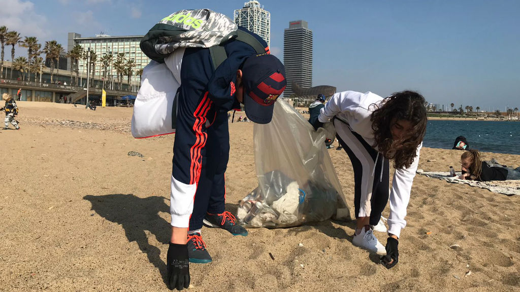 Recollida de residus a les platges de Barcelona