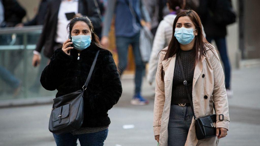 noies amb mascareta al carrer