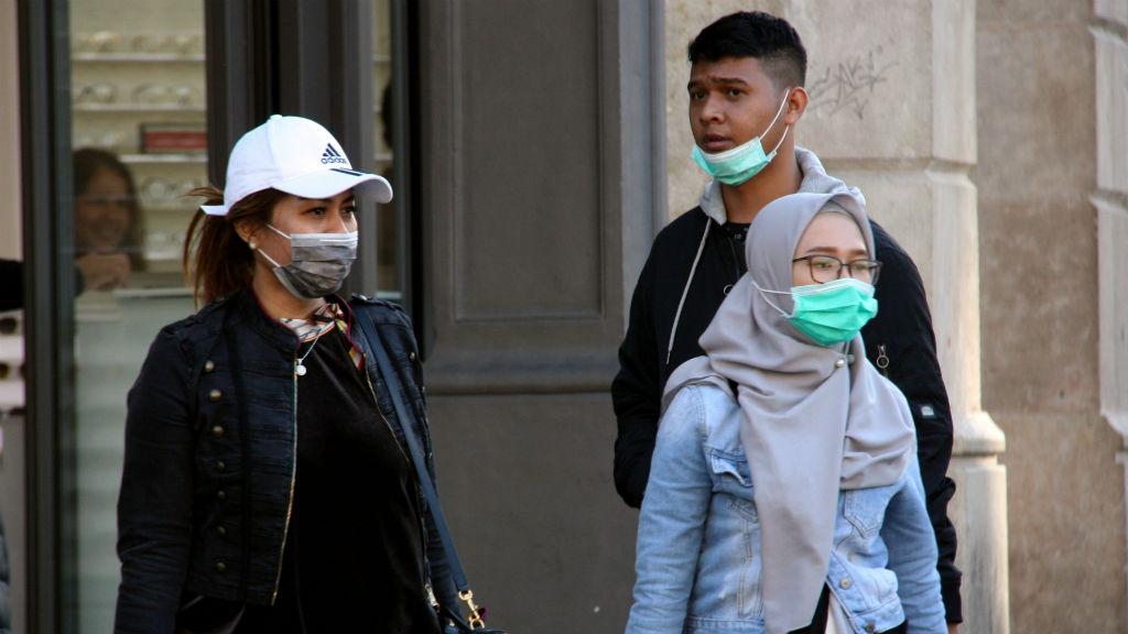 Persones amb mascareta al carrer