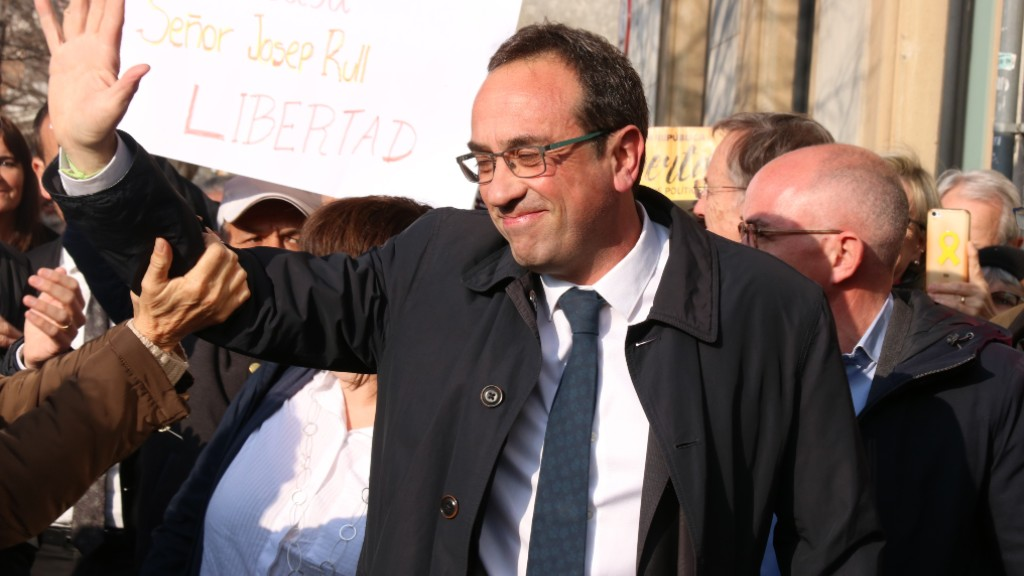 L'exconseller Josep Rull saludant els veïns i veïnes que l'han rebut a Terrassa
