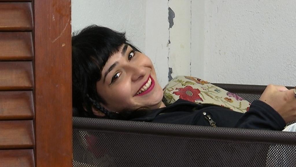 Laisa Muñoz, estirada en un dels llits de l'espai.