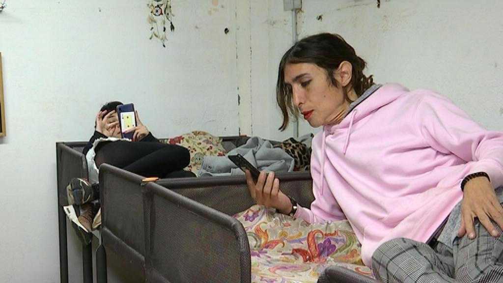 Noa Prieto, també fent repòs sobre un dels llits de Metzineres.