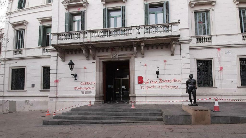 Pintada al Consell de Districte de Sarrià-Sant Gervasi contra el desallotjament de la Casa Buenos Aires