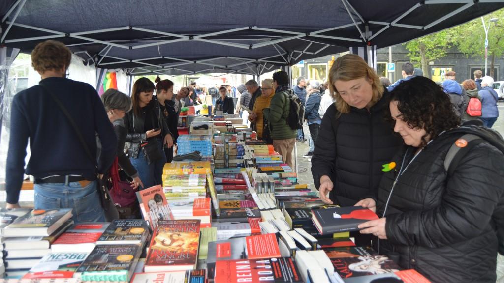 Sant Jordi paradeta venda llibres