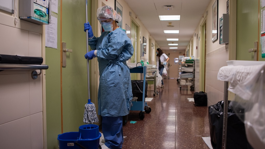 Una dona netejant el terra de l'hospital
