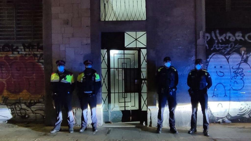 Agents dels Mossos d'Esquadra i la Guàrdia Urbana intervenen un narcopís al Raval