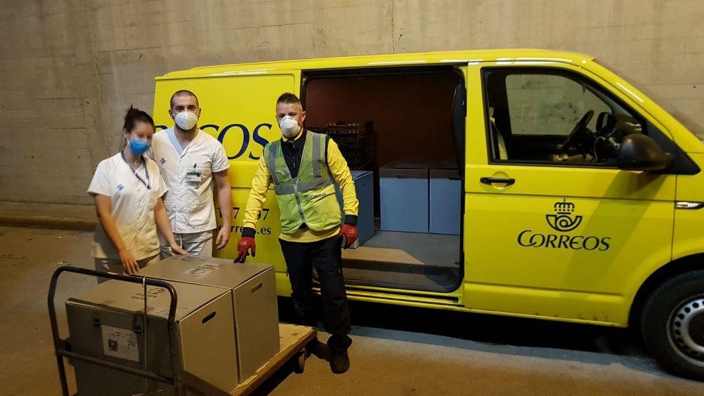 Treballadors de Correus entregant respiradors fabricats per Seat a l'Hospital Germans Trias i Pujol