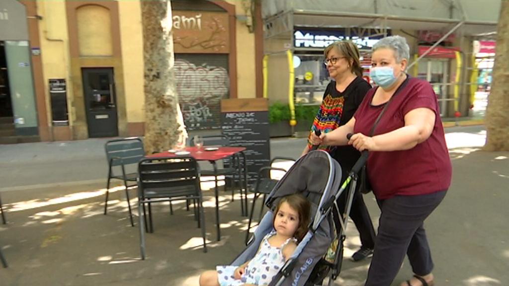 Una àvia passeja la seva neta